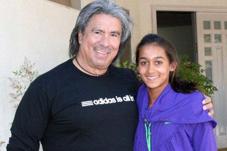 Expert trainer Gil Reyes (left) with Australian junior Naiktha Bains. TENNIS AUSTRALIA