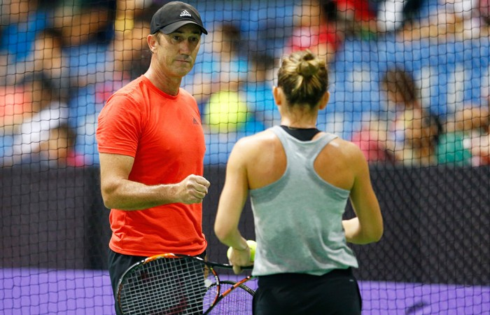 Darren Cahill works with Simona Halep during a training session at the WTA Finals in Singapore, 2015; Getty Images