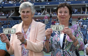 Australians Judy Tegart Dalton (L) and Kerry Melville Reid join other members of the Original Nine in posing with their symbolic $1 bills at the 2015 US Open; Getty Images