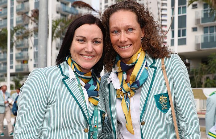 Sam Stosur (R) meets Australian cyclist and flag-bearer Anna Meares; Getty Images
