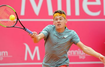 Alex De Minaur in action in his second-round loss to Kyle Edmund in Estoril (photo: Millenium Estoril Open)