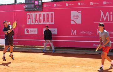 Lleyton Hewitt (L) and Alex De Minaur in doubles action (photo credit: Millenium Estoril Open)