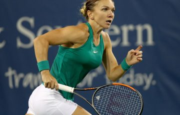MASON, OH - AUGUST 15:  Simona Halep of Romania plays Ajla Tomjanovic of Australia during the Western & Southern Open at Lindner Family Tennis Center on August 15, 2018 in Mason, Ohio.  (Photo by Matthew Stockman/Getty Images)