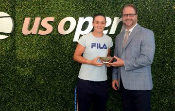 Ash Barty (L) and US Open Sportsmanship Committee Co-Chair Lars Rosene (photo credit: Rhea Nalll/USTA)