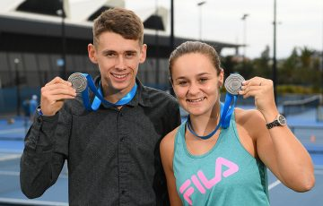 Alex De Minaur (L) and Ash Barty with their Newcombe Medals at Melbourne Park (Getty Images)