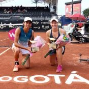 Astra Sharma (L) and Zoe Hives pose with their trophies after winning the WTA doubles title in Bogota (photo credit: Claro Open Colsanitas)