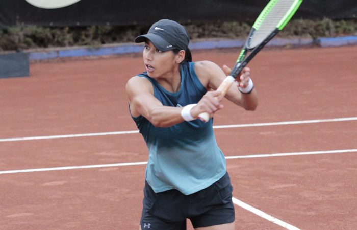 Astra Sharma in action during her first-round victory at the WTA clay-court tournament in Bogota, Colombia (photo: credit: Claro Open Colsanitas)