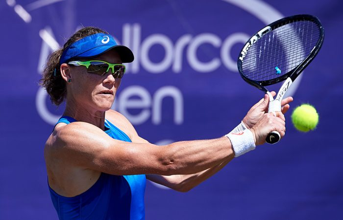 Sam Stosur in action during her first round win at the Mallorca Open (photo credit: Manuel Queimadelos)