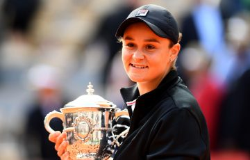 Ash Barty poses with her French Open trophy (Getty Images)